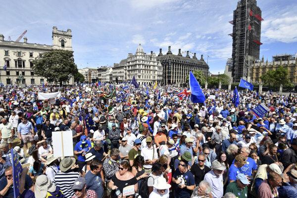 Desiatky tisíc ľudí v Londýne žiadali ďalšie referendum