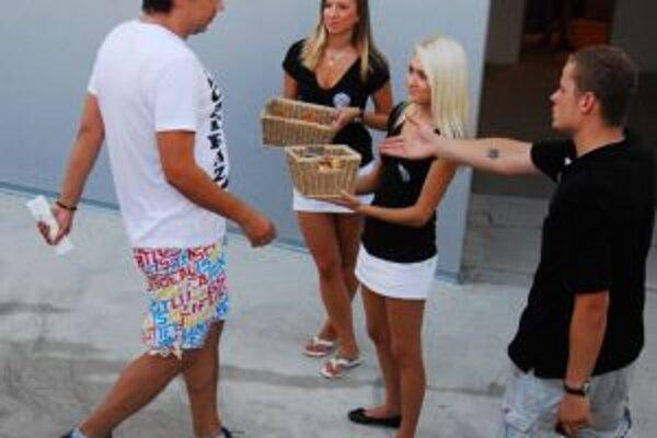 Fanúšikov hostí pred zápasom pohostili chlebom a soľou.