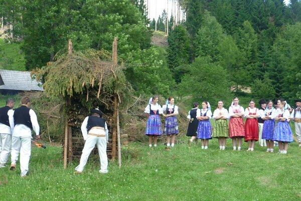 Skanzen v Novej Bystrici je tým pravým miestom, kde sa tradícia pálenia jánskych ohňov už dlhé roky prezentuje a zároveň aj zachováva.
