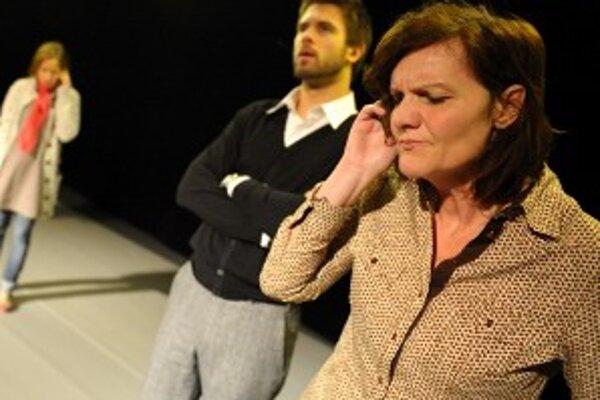Jana Oľhová (vpravo) v hre Mobil.