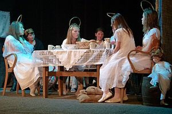 Anjeli si spoločne posedeli za jedným stolom. Plánovali, ako pomôcť ľuďom.