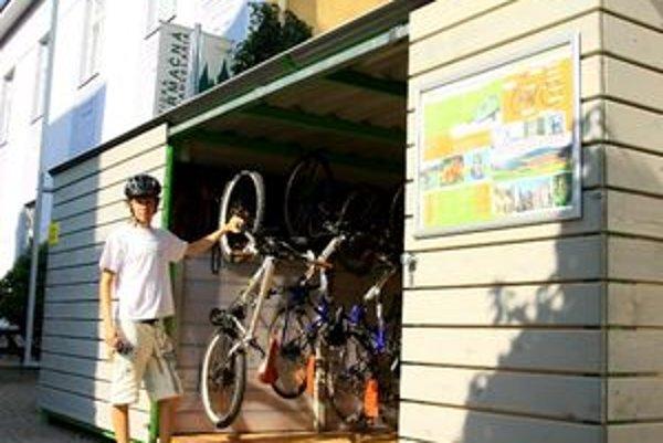 Nový prístrešok pre cyklistov zhotovila Turistická informačná kancelária mesta Žilina pri svojom sídle na Ulici republiky.
