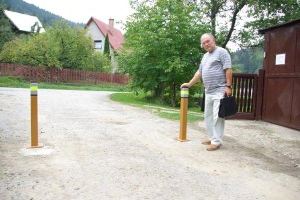 Jozef Michtalík pri zábranách. Nemôže pre ne vyviezť vyťažené drevo.