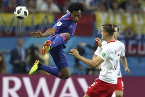 Juan Cuadrado (vľavo) sa snaží dostať k lopte akrobatickým spôsobom.