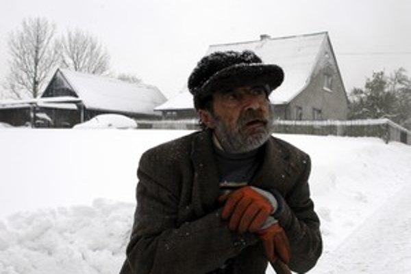 Ľudia v obciach okolo Žiliny museli zápasiť so snehom. Tak skoro ho nezažili už dávno.