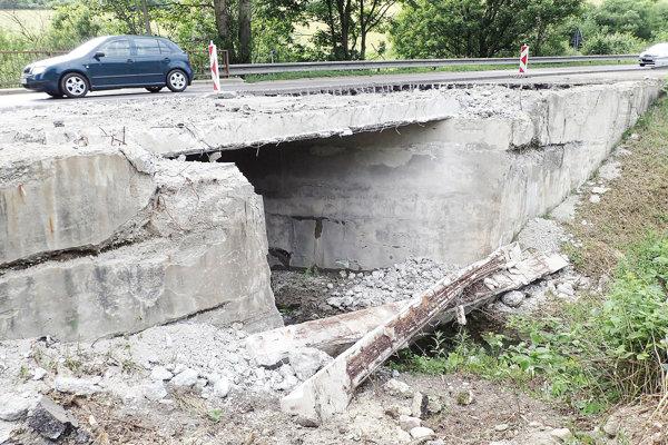 Most ponad potok je bližšie kvýjazdu zdolnej časti Valaskej  Dubovej.