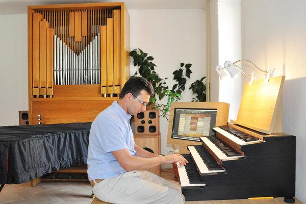 Matej Bartoš hrá na novom organe, vzadu je starý, píšťalový.
