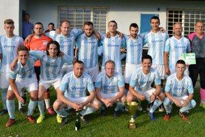 Mužstvo TJ Slovan Belá nad Cirochou svíťazným pohárom za prvenstvo vI. triede ObFZ Humenné.