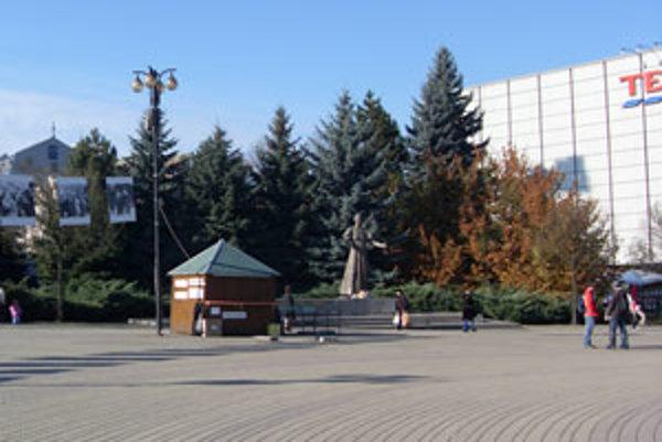 Stromy za sochou Andreja Hlinku presunú, alebo vyrúbu.