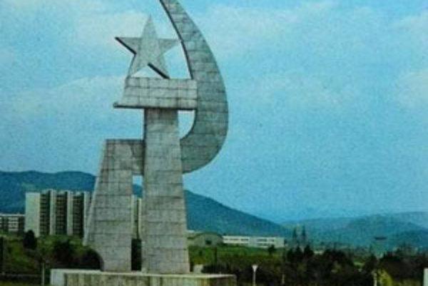 Bývalý komunistický kolos má nahradiť park a nový pamätník.