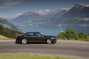 Obrnený Mercedes-Benz triedy S z roku 2016 nigérijského prezidenta doprevádza konvoj desiatich áut a desiatich motoriek.