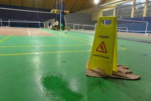 Voda tesne za hranicou kurtu. Takto to vyzeralo počas daždivého dňa až na štyroch miestach mestskej badmintonovej haly.