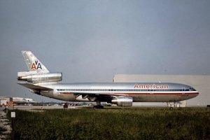 10. Let American Airlines 191 havaroval krátko po štarte 25. mája 1979 pri letisku O'Hare po tom, čo sa od lietadla odtrhol motor číslo 1. Pri havárii umrelo 271 osôb na palube a dvaja na zemi. Prvotnou príčinou havárie bola chyba údržby, ktorá chcela ušetriť čas a používala výrobcom neschválený postup výmeny motorov. Posádka si zrejme myslela, že došlo iba k zlyhaniu motora a preto spomalila na minimum. Na ľavom krídle došlo k strate vztlaku, lietadlo sa prevrátilo a zrútilo sa k zemi.