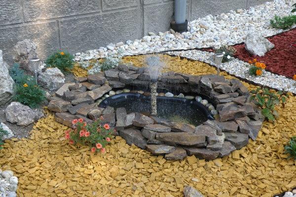 Pri bytovke vybudovali aj fontánu.