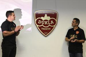 Kapitán Dukly Trenčín Branko Radivojevič (vľavo) a prokurista klubu Jozef Mitocha slávnostne odhaľujú nové logo hokejového tímu.