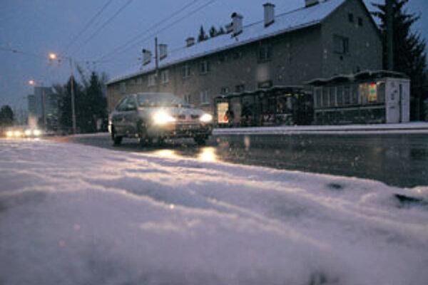 Na cestách je kašovitá vrstva snehu.