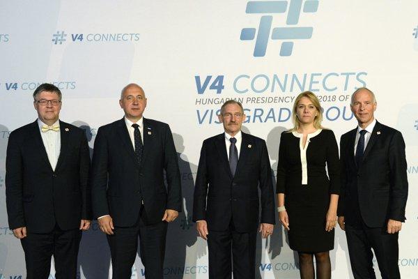 Zľava český veľvyslanec v Maďarsku Juraj Chmiel, poľský minister vnútra Joachim Brudziňski, maďarský minister vnútra Sándor Pintér, slovenská ministerka vnútra Denisa Saková a generálny tajomník ministerstva vnútra Rakúska Peter Goldgruber pózujú počas stretnutia ministrov vnútra V4 a Rakúska 26. júna 2018 v Budapešti.