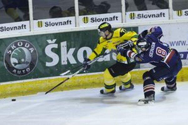 Gabriel Spilar (vľavo) bojuje s hráčom HC Slovan Bratislava Michalom Sersenom.