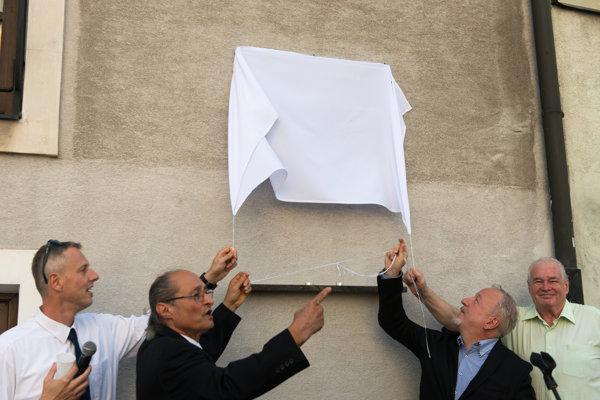Odhaľovanie pamätnej tabule na Žižkovej ulici.