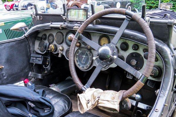 Mnoho predvojnových autoveteránov má volant vpravo.
