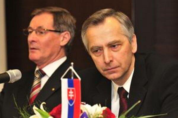 Súčasný predseda KDH Ján Figeľ (vpravo) a bývalý Pavol Hrušovský na dnešnom mimoriadnom sneme strany v Žiline.