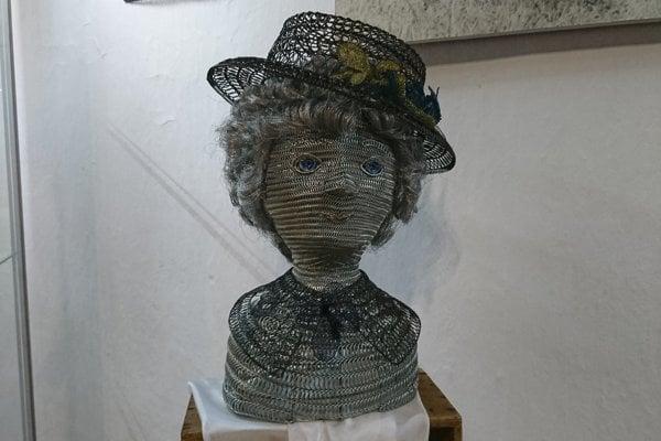 Múzeum krášli aj takáto drôtená pani s klobúkom