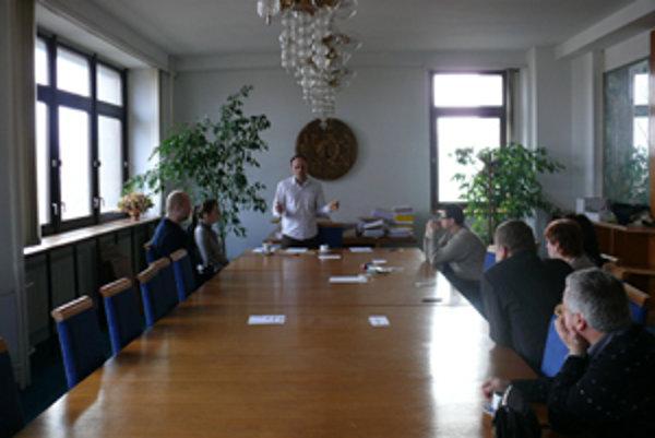 Členovia komisií v pondelok otvorili obálky. Zľava: Roman Budke, Monika Janigová, Peter Zánický a Michal Kolárik.