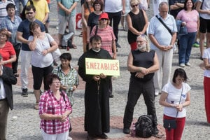 Kňaz Marián Kuffa protestuje proti potratom.