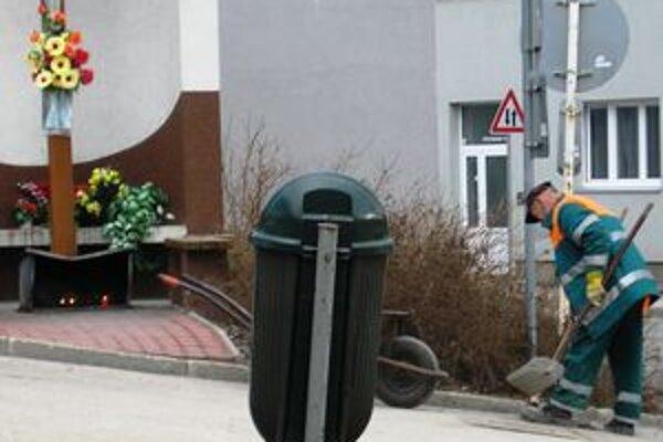 V týchto dňoch sa v Žiline intenzívne čistia chodníky a cesty od posypového materiálu.