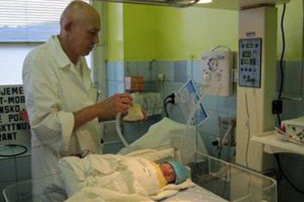 Primár novorodeneckého oddelenia Michal Jánoš s novým resuscitačným prístrojom.