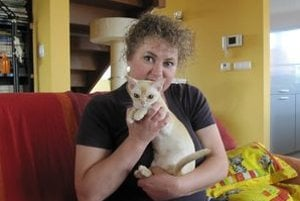 Katarína Báliková. Jej svetu kraľujú mačky. Na snímke s barmskou mačkou, svetovou víťazkou za rok 2009.