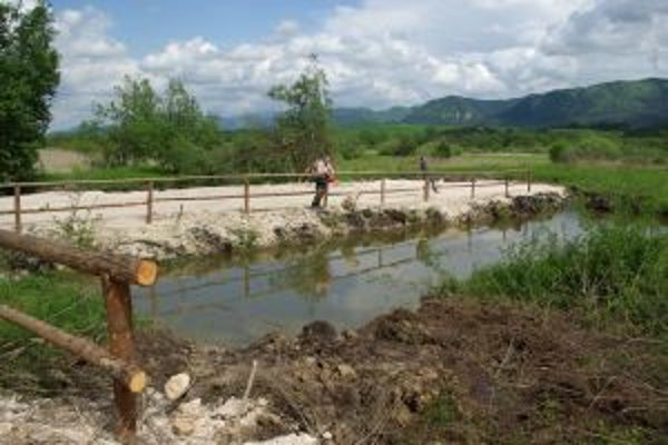 Nádrž, ktorú dal Jozef Maťaťa vykopať, za ňou je chránená mokraď.