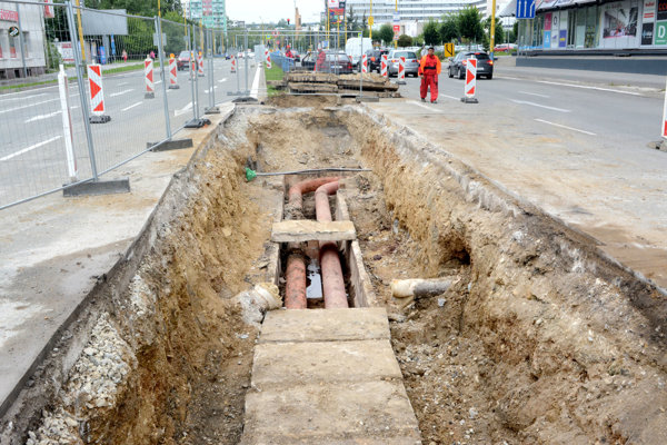 Neposedné potrubie, už trikrát ho museli opravovať, o rok pokračujú.