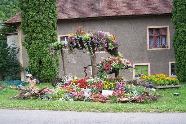 Podhradie sa už oblieka do kvetov.