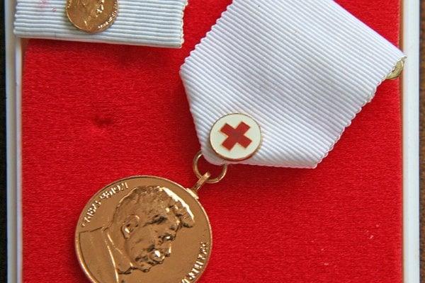 Zlatú Janského plaketu získava darca za 30 bezplatných odberov krvi (ženy) a muži za 40.