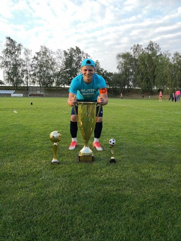 Patrik Božek s pohárom pre víťaza 6. ligy ObFZ Senica.