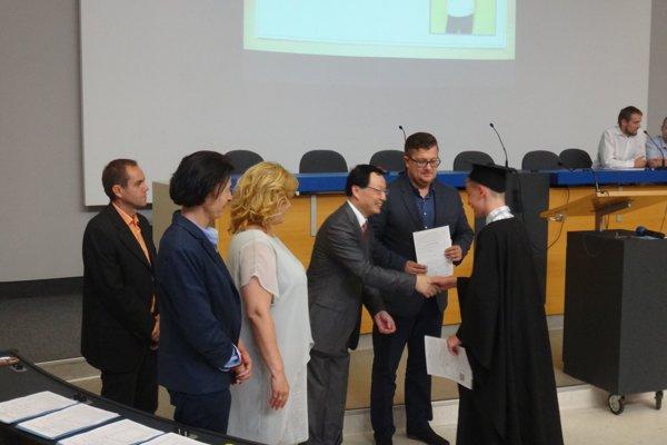 K vysvedčeniu zablahoželal aj čínsky veľvyslanec na Slovensku.