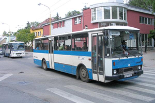 Obyvateľom Spanyolovej ulice sa nepáči, že niektorí vodiči autobusov prímestskej dopravy si tadiaľto skracujú cestu.