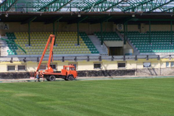 Pod Dubňom na západnej tribúne montujú nové strešné konštrukcie, v piatok minulý týždeň bol položený už aj nový trávnik.