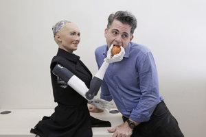 David Hanson, zakladateľ Hanson Robotics, s humanoidom Sophiou.