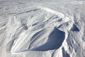 Vetry neustále tvarujú snežný povrch východnej Antarktídy na malé duny nazývané zastrugi.
