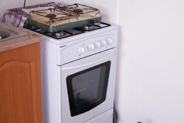 Obyvatelia bytoviek na Ulici Korzo už takmer štyri mesiace nemajú plyn aj napriek tomu, že o pripojenie kompetentných vytrvalo žiadajú. Na varenie používajú elektrické variče, prípadne dvojplatničky.