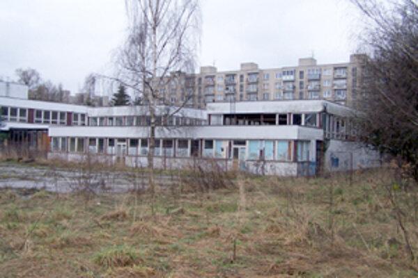 Na okraji sídliska Vlčince, na mieste bývalej základnej školy Moskovská, vyrastie niekoľko bytových domov, v ktorých má byť až 683 bytov. Vlčince sú už dnes najväčším žilinských sídliskom, na ktorom žije viac ako 20-tisíc obyvateľov.