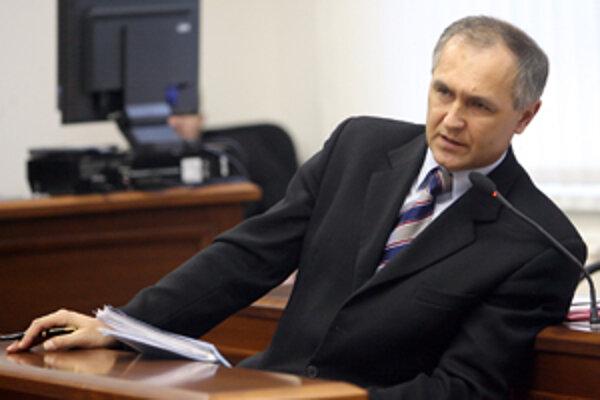 Bývalý primátor Čadce Jozef Pohančeník, sa minulý týždeň opäť ocitol pred Špeciálnym súdom. Obžalovaný je, že zobral 1,5-miliónový úplatok. Bráni sa tým, že išlo o sponzorský dar.