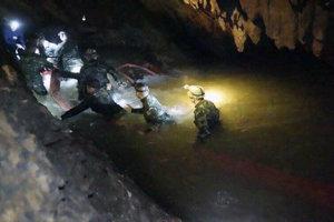 vo vnútri jaskynného komplexu Tcham Luang Nang Non.