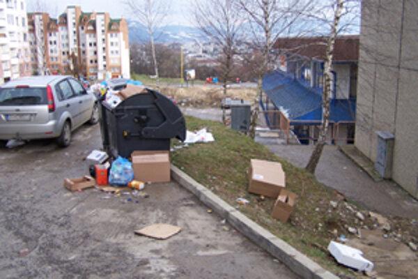 Ľudia na Hájiku sú rozhorčení. Sídlisko vraj zaplavujú odpadky, ktoré sa váľajú po zemi. Spoločnosť T+T tvrdí, že vyvážať odpad len dvakrát do týždňa jednoducho nestačí.