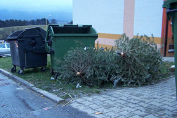 Vianočné stromčeky pri kontajneroch sa podrvia a potom putujú do kompostárne.