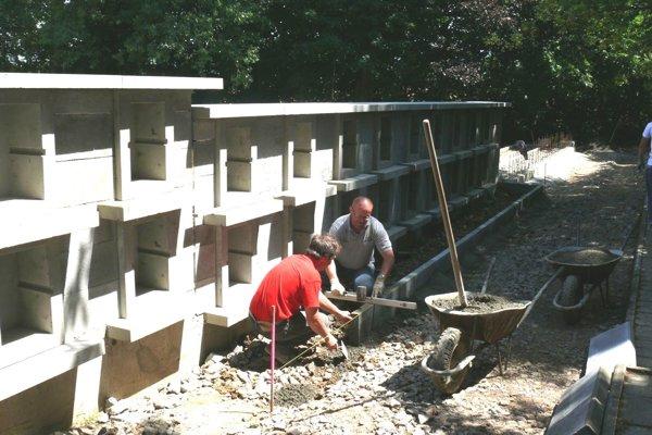 Práce na výstavbe urnového múru pomaly finišujú.