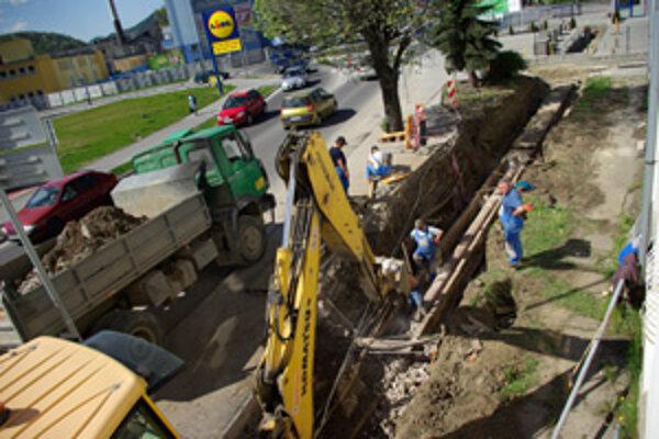 Pohľad z okna obyvateľov Kysuckej ulice. Práce im neprekážajú.