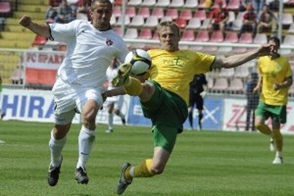 Mário Pečalka za Žilinu (vpravo) odkopáva loptu pred Trnavčanom Vladimírom Kožuchom (vľavo) v dohrávke 27. kola Corgoň ligy FC Spartak Trnava - MŠK Žilina.